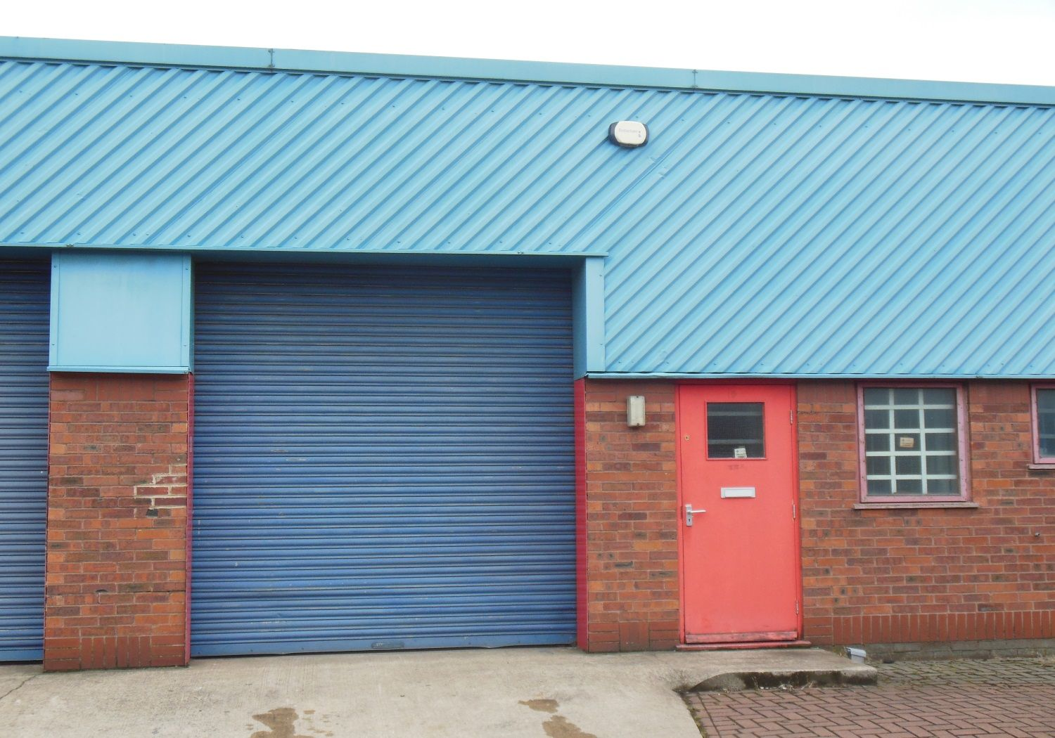 Modern industrial unit suitable for trade counter.